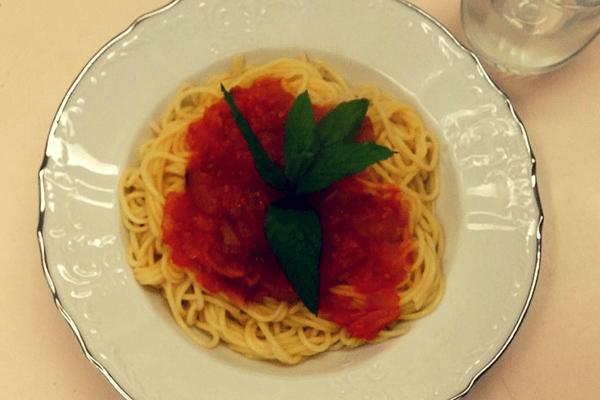 Μακαρόνια με κόκκινη σάλτσα