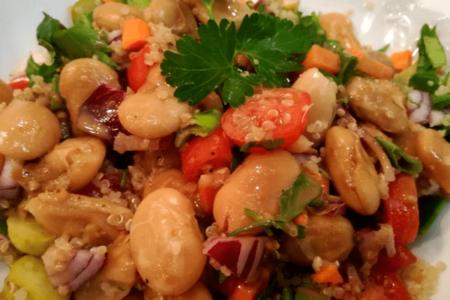 Σαλάτα με φασόλια, κινόα και σος ταχινιού